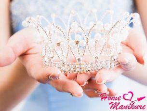 Королевская роскошь нейл-арта с короной