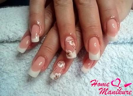 нежная роспись нарощенных ногтей френч