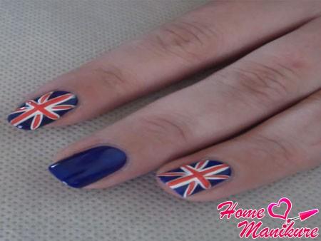 два слоя темно-синего лака на ногте