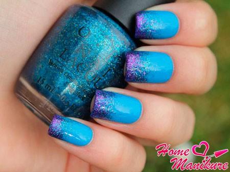 голубые ногти и сиреневые блестки