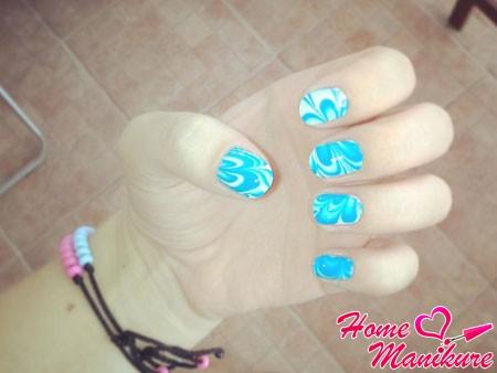 голубой рисунок на ногтях