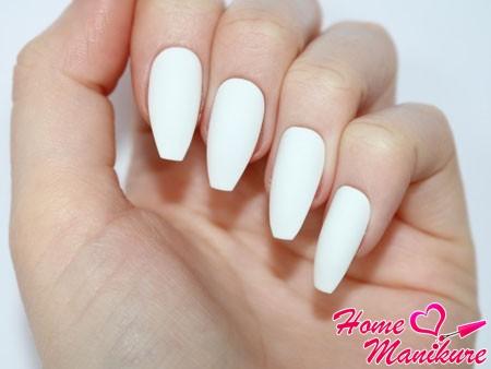белые монотонные ногти