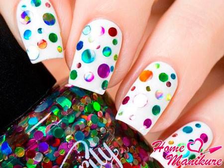 белые ногти с цветными конфетти