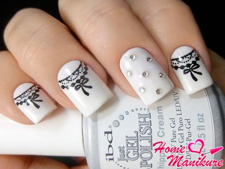 белые ногти с рисунком и камнями