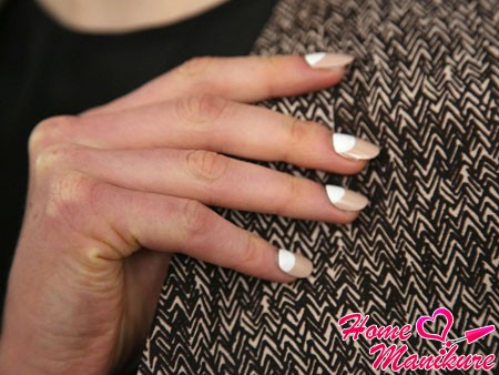 бежево-белый дизайн ногтей