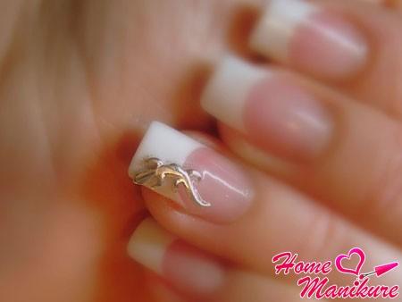 безымянный палец с пирсингом-ящерицей