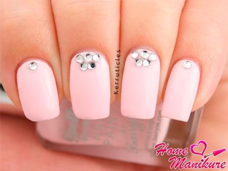 бледно-розовые ногти с камушками