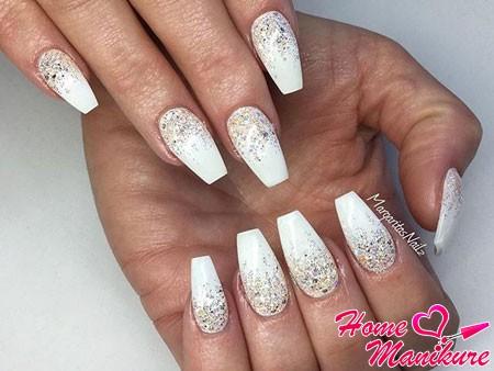 блестки на белых ногтях балерина