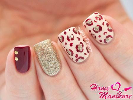 блестящий леопард на ногтях