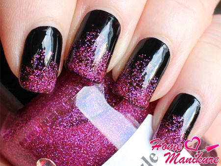 черные ногти с малиновыми блестками