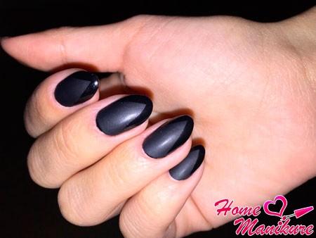 черный френч на овальных ногтях