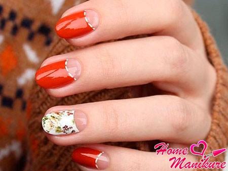 цветочный принт на безымянном пальце