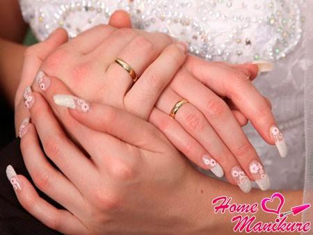 цветочный рисунок в маникюре невесты