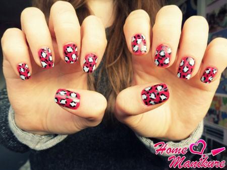 девушка с красивыми леопардовыми ногтями