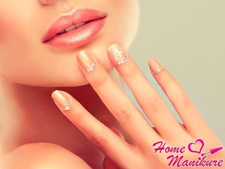 девушка с персиковыми ногтями