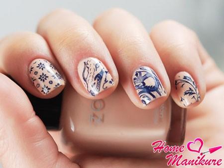 дизайн ногтей со стемпингом на бежевом лаке