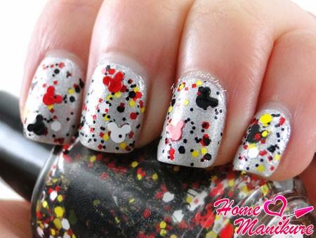 дизайн ногтей в стиле Микки Мауса