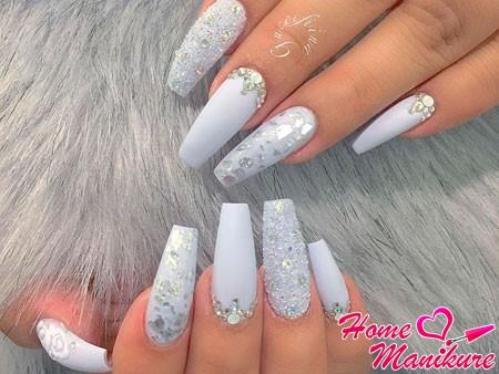 длинные белые ногти с блестками