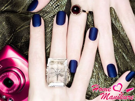 элегантный темно-синий маникюр