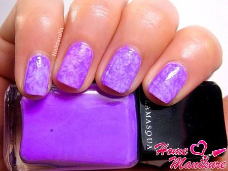 фиолетовый мраморный маникюр