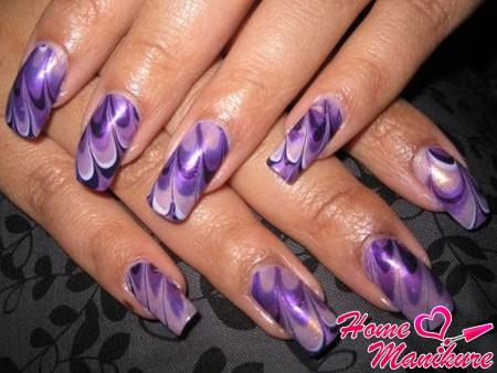фиолетовый маникюр с эффектом мрамора