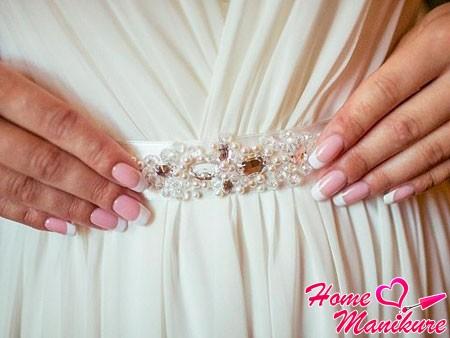 френч на ногтях средней длины