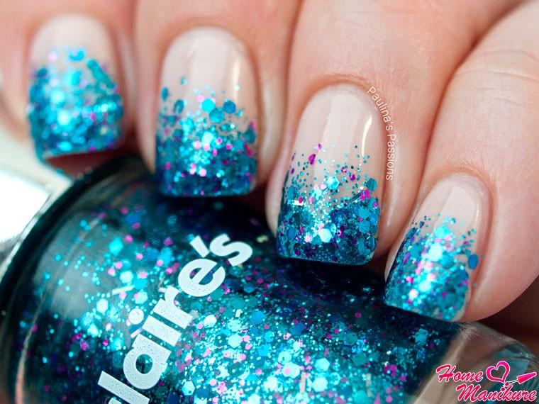 голубые блестки на бежевых ногтях