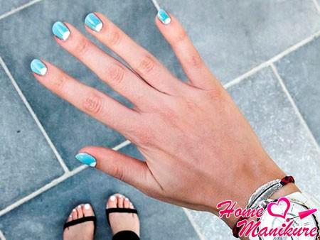 голубые ногти с белой лункой