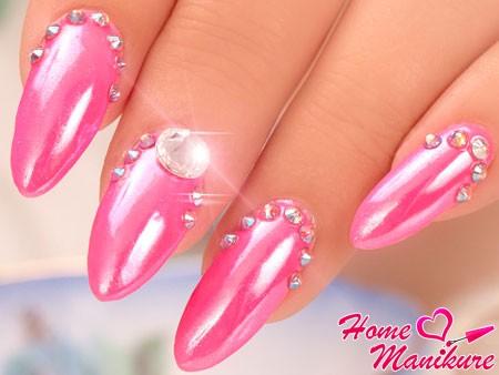 камни на перламутровых ногтях