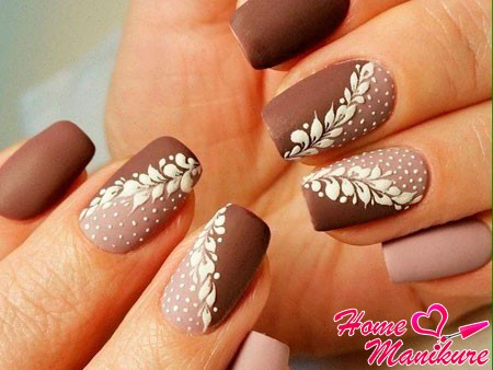 коричнево-бежевый дизайн ногтей