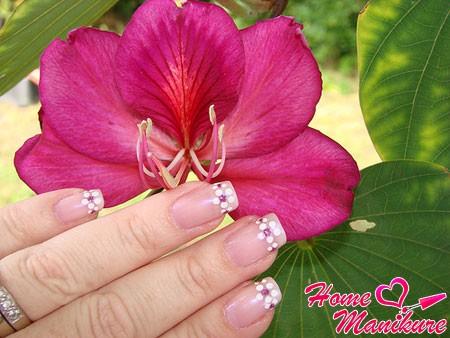 красивый рисунок на ногтях в зоне линии улыбки