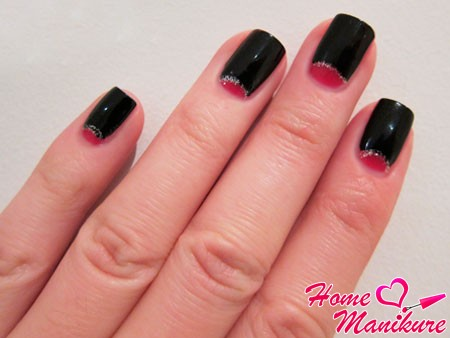 красная лунка на черных ногтях