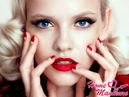 красные губы и ногти