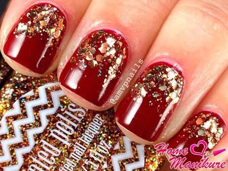 красные короткие ногти с золотом