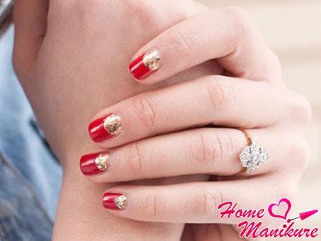красные ногти и золотые блестки