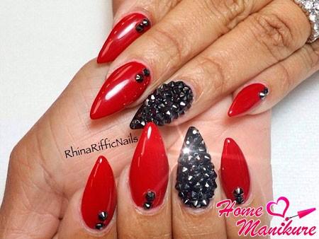 красные ногти с черными стразами