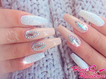 кристаллы в форме капли на ногтях