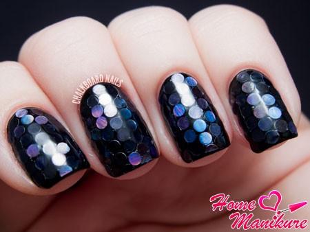 круглые блестки на черных ногтях