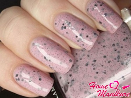 лак для ногтей в светло-розовых тонах мрамора