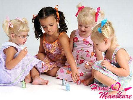 маленькие девочки сплетничают о маникюре