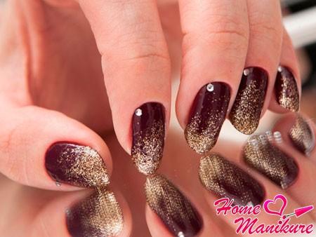 мелкие золотые блестки на ногтях