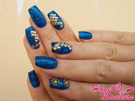 металлические стразы на синих ногтях