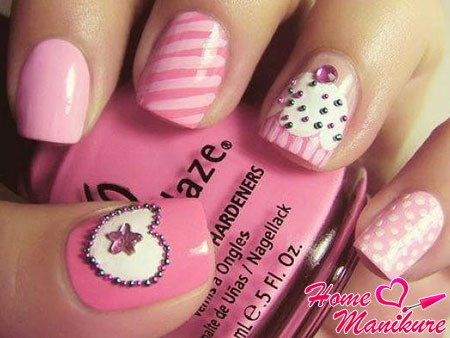 модная композиция на ногтях