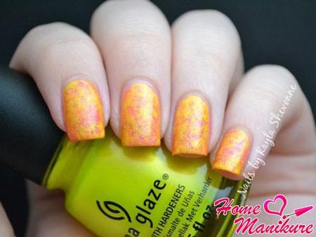 мрамор на ногтях в желто-оранжевых тонах