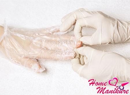 начало снимания перчаток