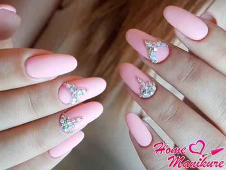 нежный дизайн ногтей с камнями