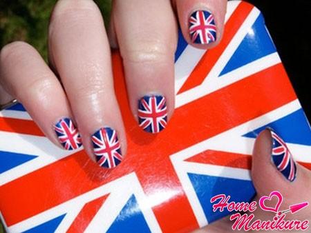 ногти и чехол с британским флагом