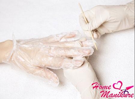 обрезание края перчатки для обработки ногтя