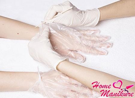 одевание перчаток для бразильского маникюра