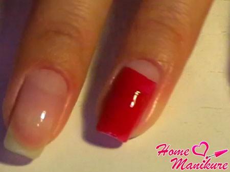 основание ногтя окрашено в красный цвет